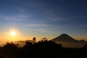 Menikmati Sunrise di Bukit Sikunir Dieng Tempat Wisata Terbaik Yang Ada Di Indonesia: Menikmati Sunrise di Bukit Sikunir Dieng