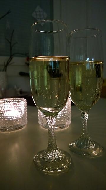 Saippuakuplia olohuoneessa- blogi, kuva Hanna Poikkilehto, uusi vuosi, kuohuviini, shampanjalasit,