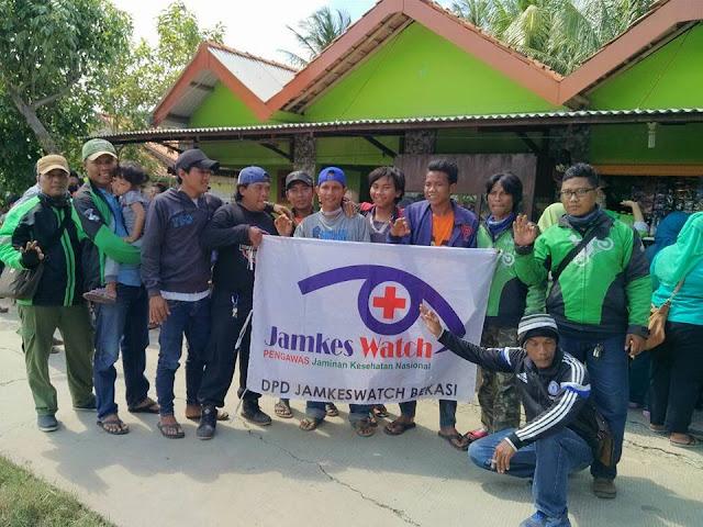 Relawan Jamkeswatch dan Komunitas ojek online Baksos Banjir Di Bunibakti Babelan