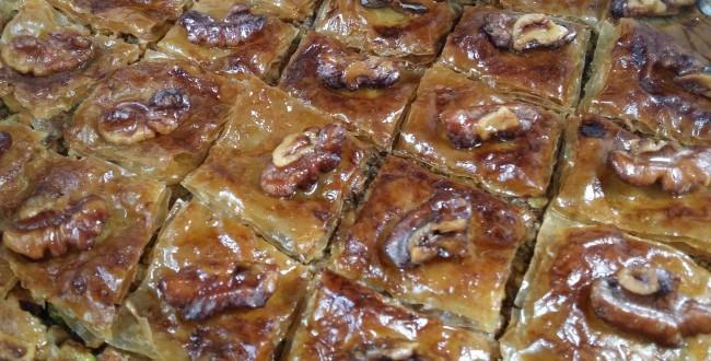 Postre árabe con masa philo, miel y frutos secos