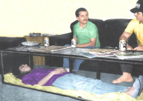 mayat istri yang di letakan di bawah meja kopi