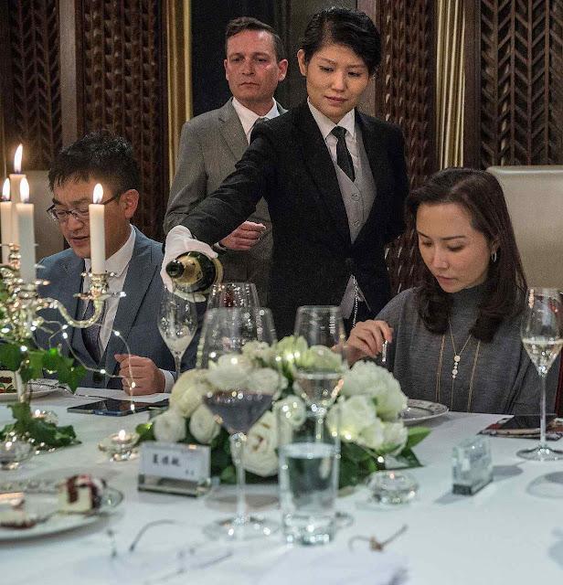 Aprendendo a servir a champagne na Academia Internacional de Chengdu