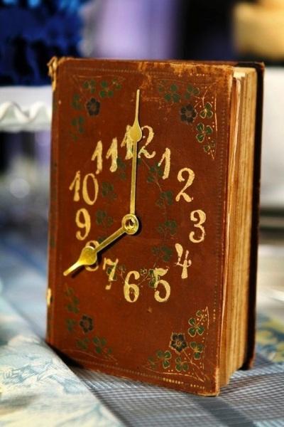 27. Jam meja bergaya vintage terbuat dari buku bekas.