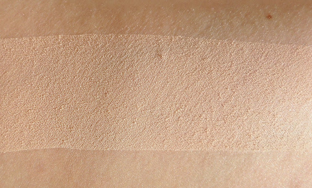 CLARINS  Ever Matte Poudre Compacte Minérale Matité et Transparence - Shine Control Mineral Powder Compact.  Swatche lumière naturelle.