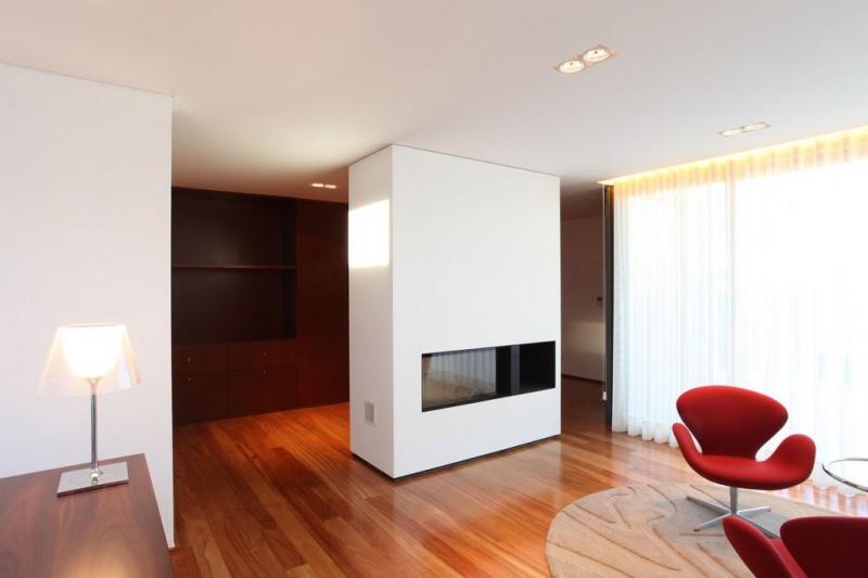 Hogares frescos casa dise ada con exterior de madera e for Paredes de madera interior casa