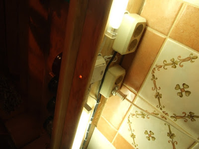 полка установлена, лампы подсветки