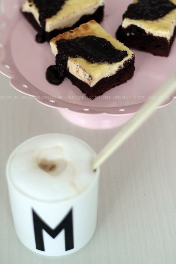 "Brownies mit Cheesecake-Topping und Design Letters Tasse ""M"""