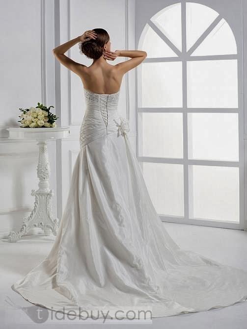 dea67fbca El vestido de novia de cola catedral es lo más formal para una boda de  Iglesia y tradicional