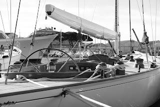 Voilier dans le port de Saint-Tropez