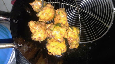 drain-out-pakoras-from-oil