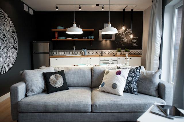 salón con cocina abierta y cables a la vista