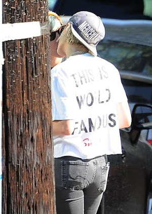 Kristen Stewart – Grabbing Coffee and Kissing her Girlfriend in Los Feliz