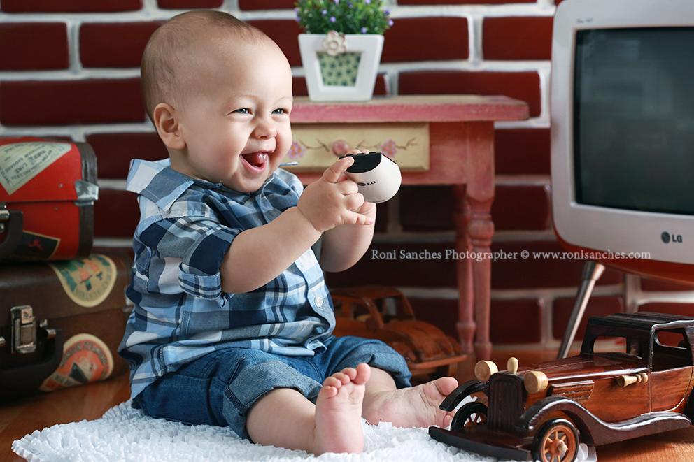 Book Bebê, sala vintage do bebê, bebê com controle remoto na mão, bebê em foto, foto do bebê em estudio