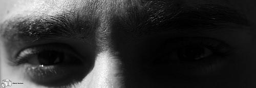Mirada de hombre entre sombras