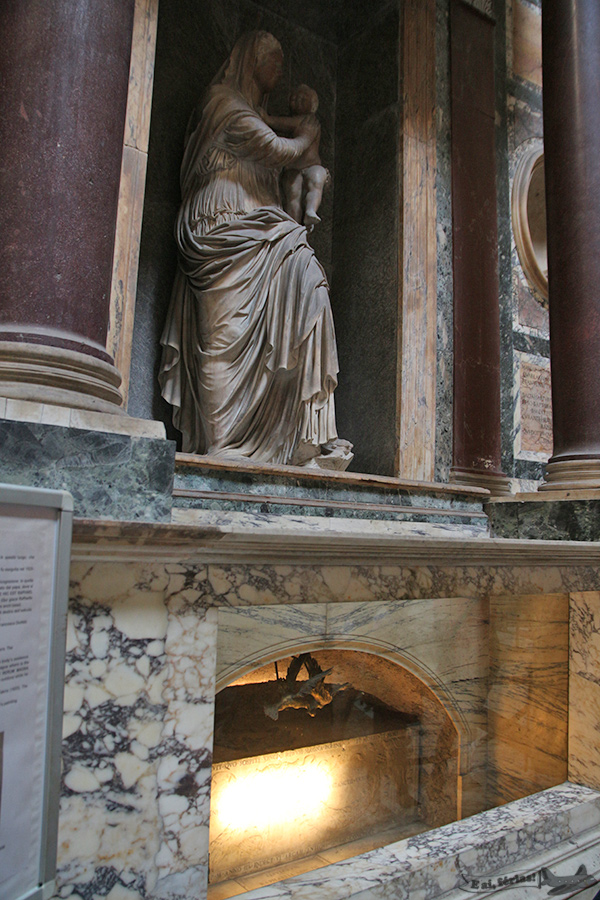 Tumba de Rafael Santi, no Panteão.