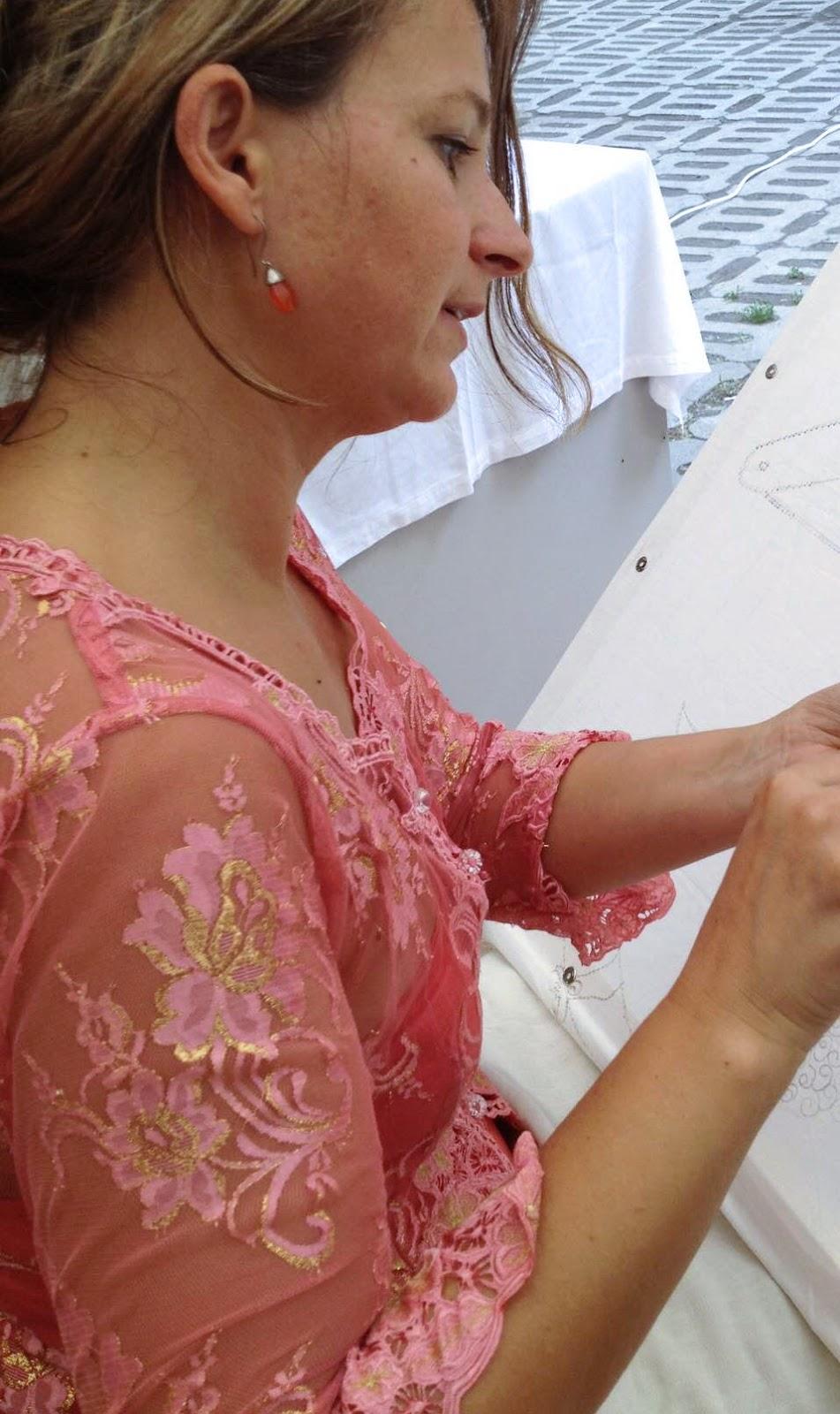 0d94bc46ab Hasonlóan kedves darabom az a kézzel hímzett mexikói blézer, mely ugyan egy  modern tervezői ruha, de színeiben és organikus mintáiban a helyi  népviseletre ...