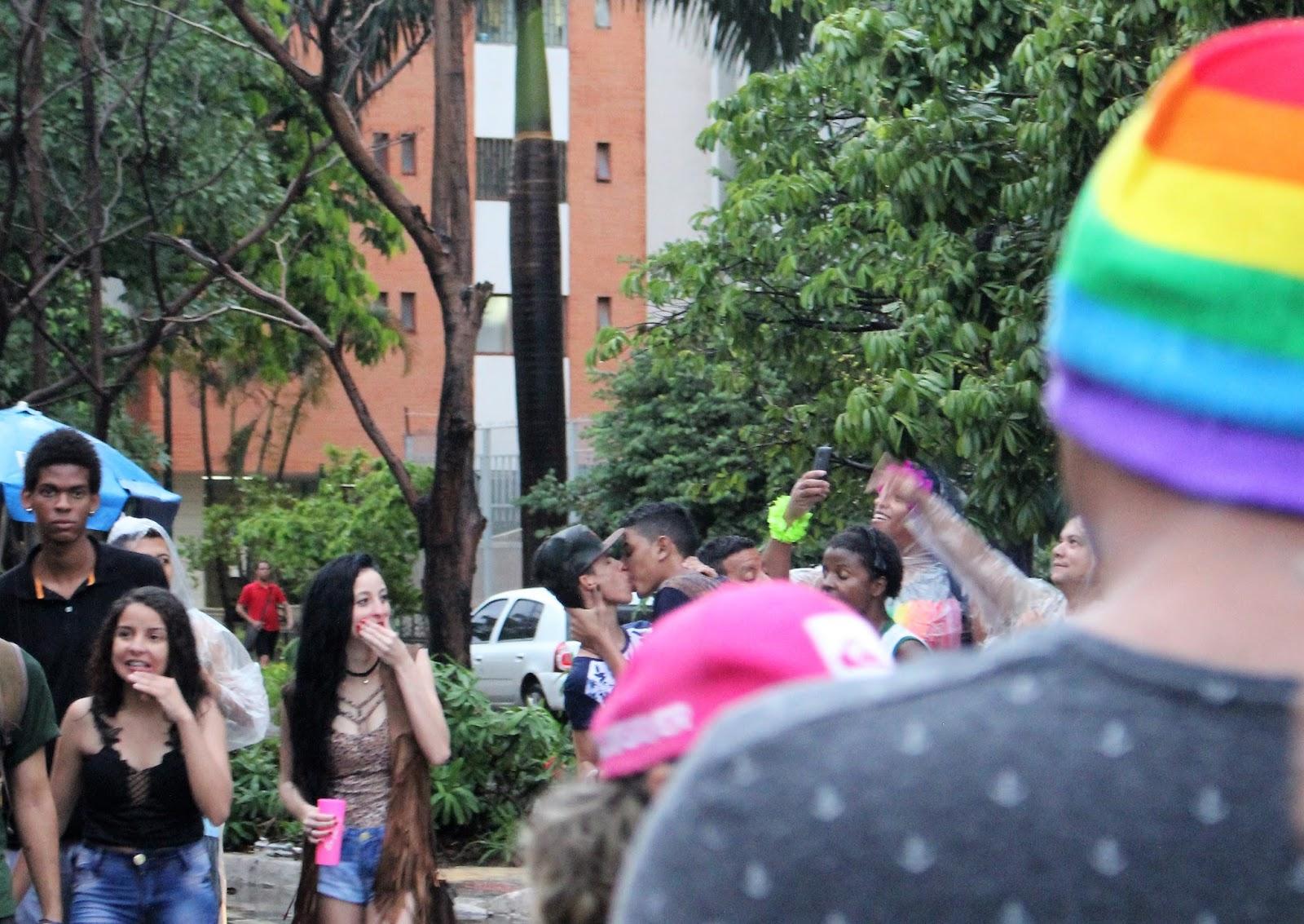 Parada LGBT do Guará é marcada por forte chuva e shows de drags em trio