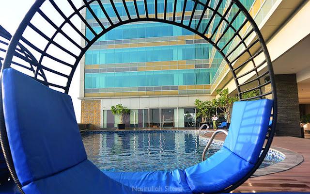 Kolam renang Alana Hotel Solo di lantai dua