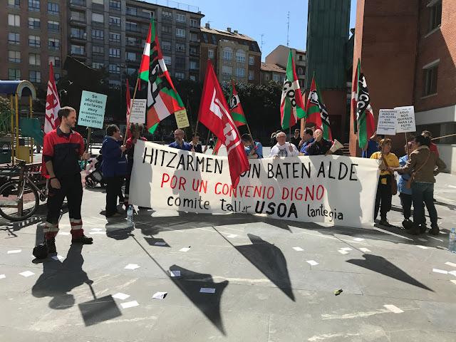 Concentración de trabajadores de Usoa ante el Ayuntamiento de Barakaldo