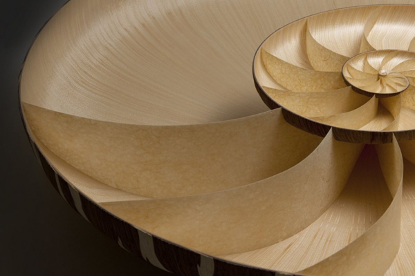 Sofisticada mesa Nautilus con proporción áurea.