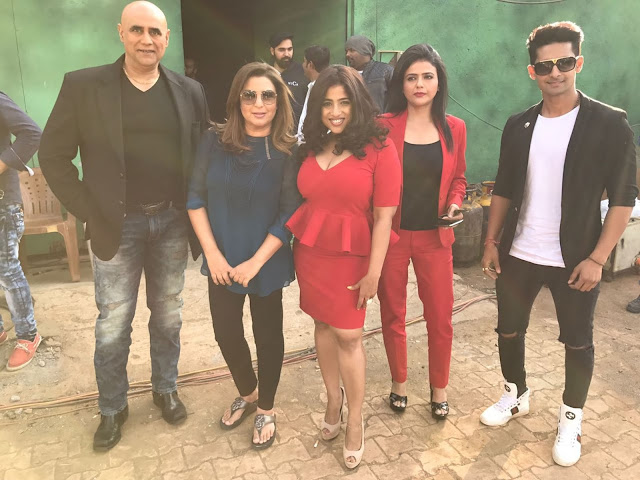 From LtoR - Punnet, Farah Khan, RJ Malishka, Shweta and Ravi Dubey