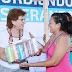 La alcaldesa María Fritz Sierra reparte paquetes de Urdiendo Esperanzas