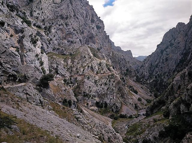 Canal del Escalero, camino de la Subida a los Collados