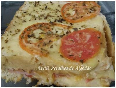 Delícia de sanduíche de forno com pão de forma, presunto e muçarela