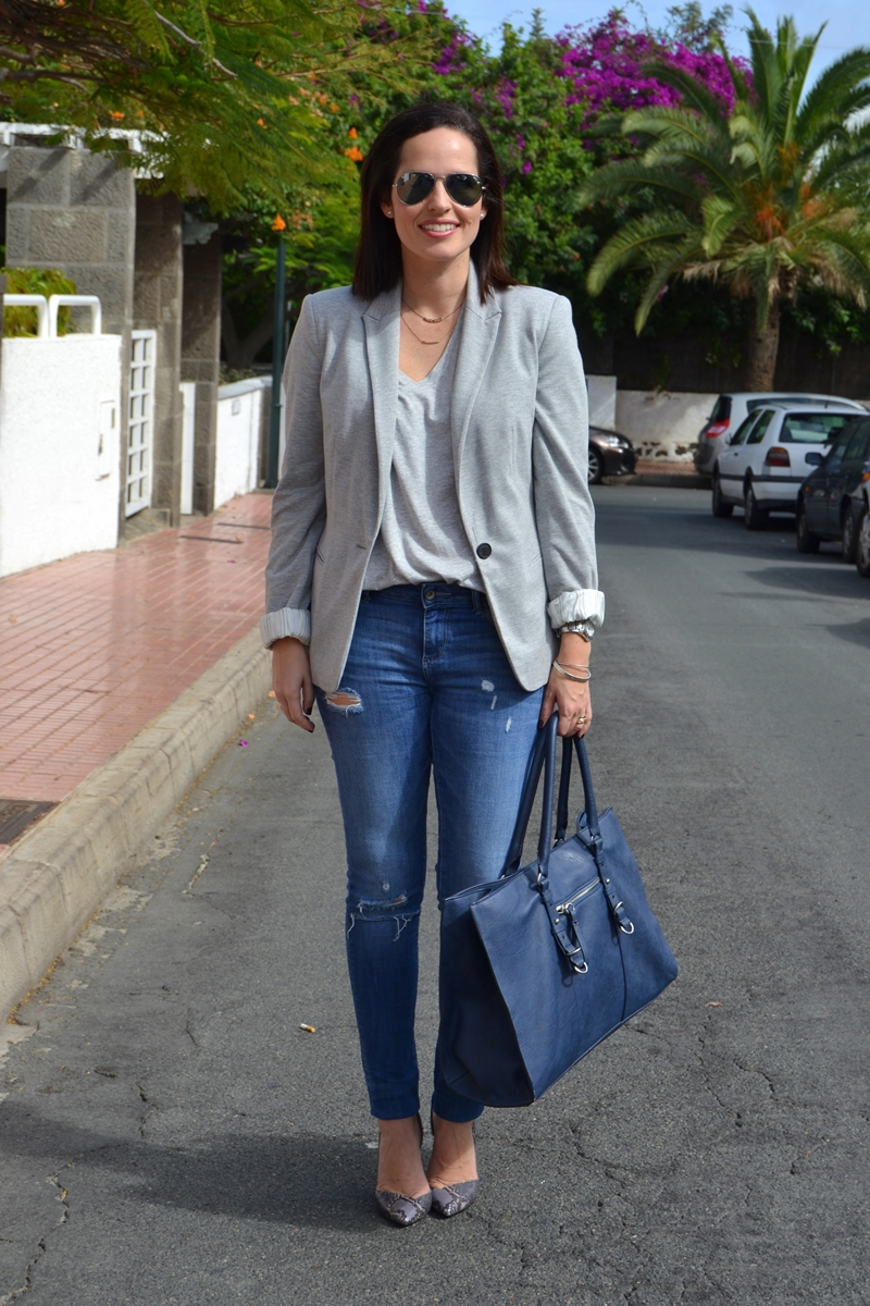 working-outfit-jeans-heels-shopping-bag