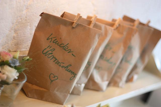Wundertüten für Kinder, Frühlingsdekoration Herbsthochzeit mit bunten Wiesenblumen im Hochzeitshotel Garmisch-Partenkirchen Riessersee Hotel Bayern, heiraten in den Bergen