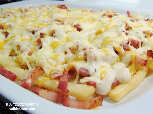Patatas foster´s con queso, bacon y salsa casera