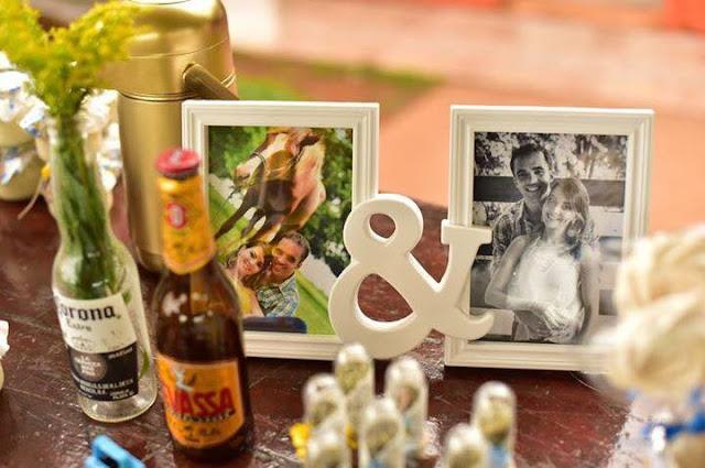 chá bar, noivos felizes, chá de panela, decoração diy, mesa do bolo, decoração amarela e azul, chá bar, rústico, decoração com garrafinhas, fotografia do casal