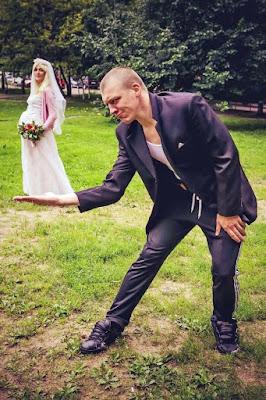Braut auf Hand von Bräutigam - ausgefallene Hochzeitsfotos