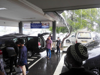Hujan menyambut kedatangan kami di Bandara Belitung