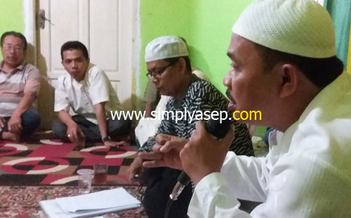 MASJID : H Rudiyanto Putro, ketua panitia pembangunan masjid Babussalam sedang memaparkan strategi penggalan dana masyarakat.  Foto Asep Haryono