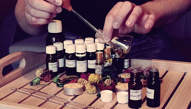 Духи из эфирных масел в домашних условиях. Секреты приготовления, Как сделать духи своими руками, как соединять ароматические масла в композиции для духов, парфюмерия из эфирных масел, Сам себе парфюмер. Ароматические композиции для домашних духов, рецепты духов своими руками, делаем парфюм сами, http://prazdnichnymir.ru/