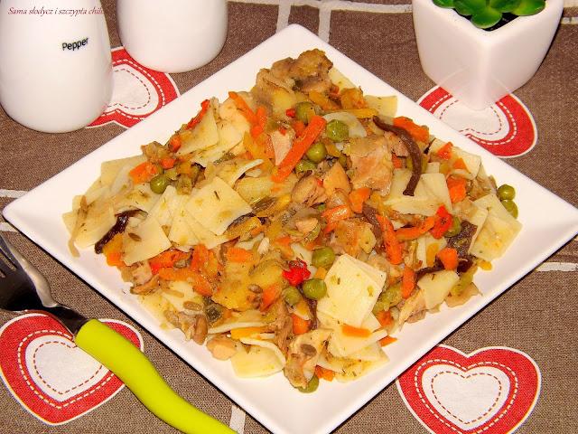 Łazanki z kurczakiem i warzywami orientalnymi.