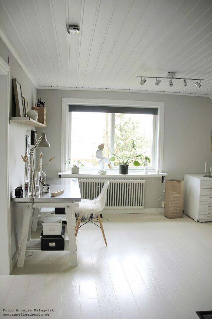 annelies design, atelje, arbetsrum, ljust, stort fönster, dubbelfönster, grått, grå, gråa, gråmålade, väggar, vit parkett,