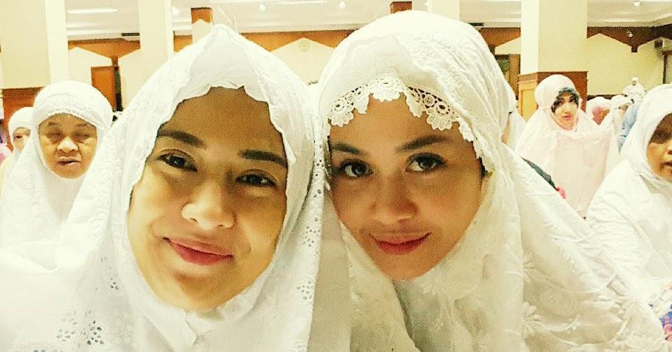 artis artis cantik ini memutuskan untuk masuk islam dan
