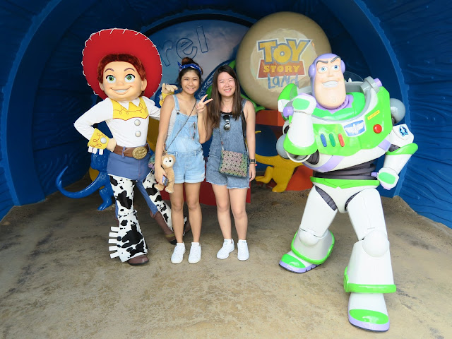 hong kong disneyland ; toy story ; group picture with Jessi and buzz light year!
