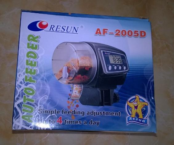 máy cho cá ăn dùng pin AA tiện lợi