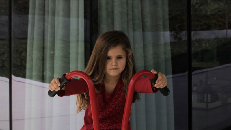 La chica de rojo en la Casa de Cabo de Vila de Spaceworkers