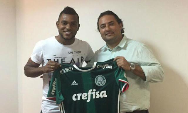 Centroavante Miguel Borja posa ao lado de Alexandre Mattos com camisa do Palmeiras (Foto: Divulgação)