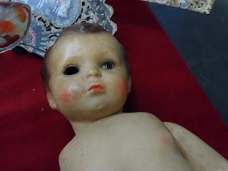 Muñeca rota con desperfectos en una feria de antigüedades