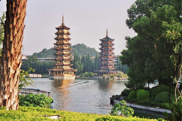 Pagodas_en_el_lago_Shanhu_guilin
