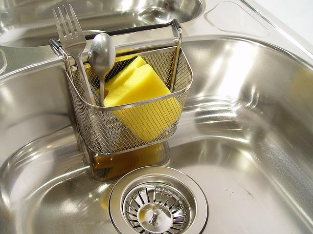 A melhor maneira de limpar a pia da cozinha