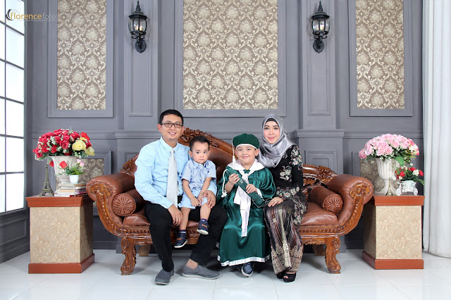 Foto bersama Keluarga saat Graduation di Florence Studio
