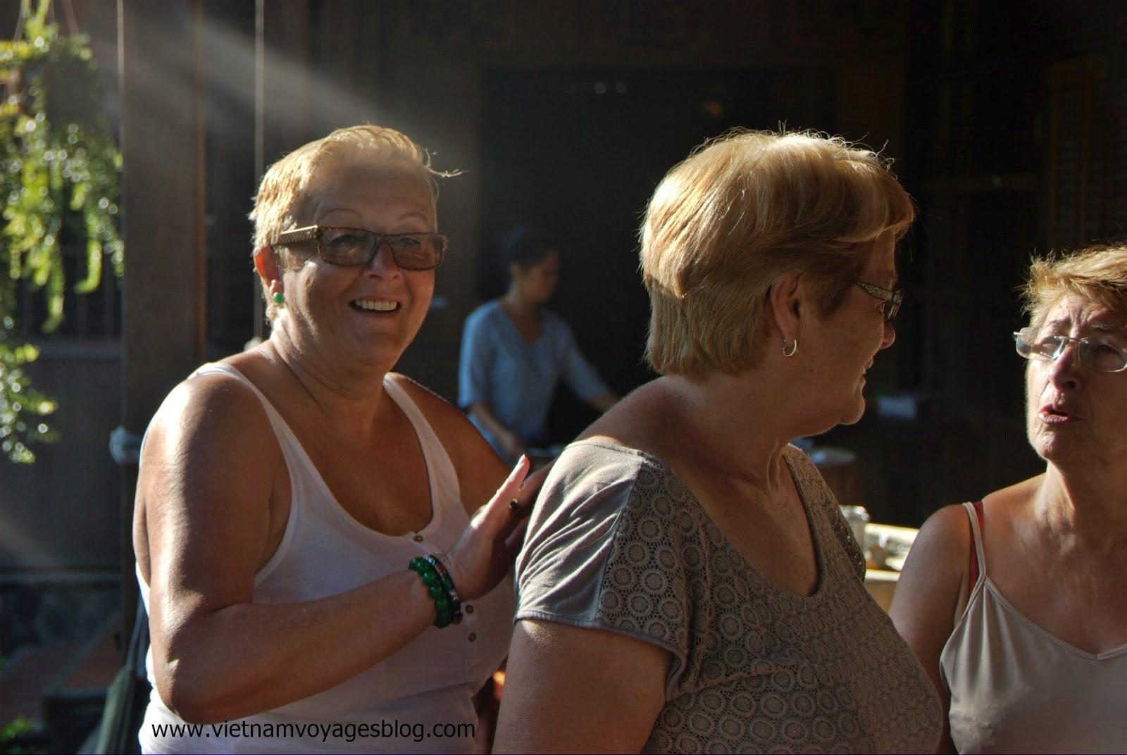 Những du khách vui vẻ thoải mái sau một đêm trải nghiệm cuộc sống của miền quê