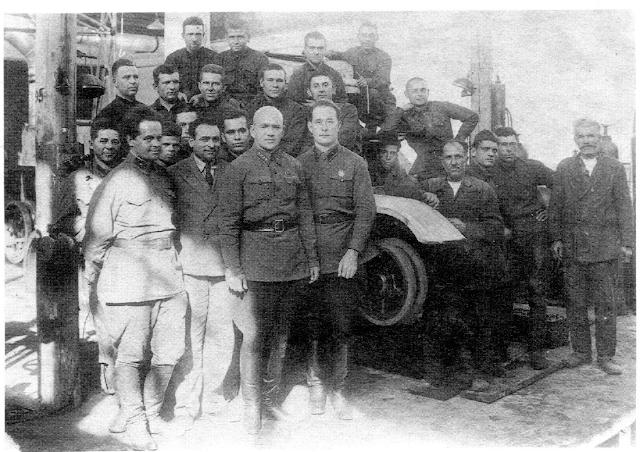 Участники постройки танка БТ-ИС. В первом ряду слева - Н.Ф. Цыганов