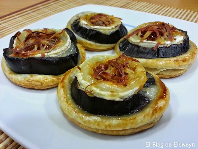 Pilonas de berenjenas y queso con cebolla caramelizada